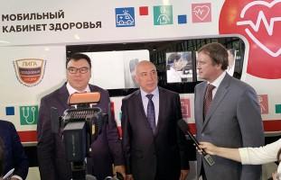 Презентация мобильного медцентра вице-премьеру Узбекистана Азизу Абдухакимову и министру здравоохранения Республики Алишеру Шадманову